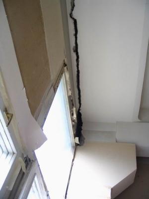 Из-за дефекта кровельного покрытия и нарушения  строительной технологии верхняя плита здания отошла от основного массива. Ставим плиту на место.