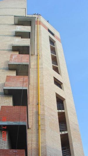 Такелаж и монтаж газовой трубы на фасаде здания. Высота здания 35 метров. Промежуточное сварение трубы производилось на высоте 12 метров.